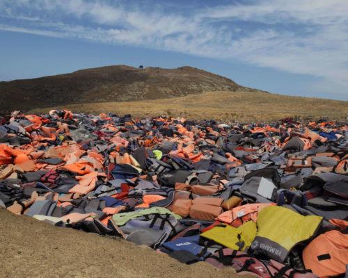Décharge de gilets de sauvetage - Lesbos, Grèce. Image extraite de la série : La Nuit Tombe sur l'Europe © Samuel BollendorffAvec l'aimable autorisation de l'auteur