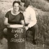 Živila sloboda : Vive la liberté ! Quais de Seine, 1958. Source : archives de famille numérisées par Boris Dujmovic. Droits réservés.